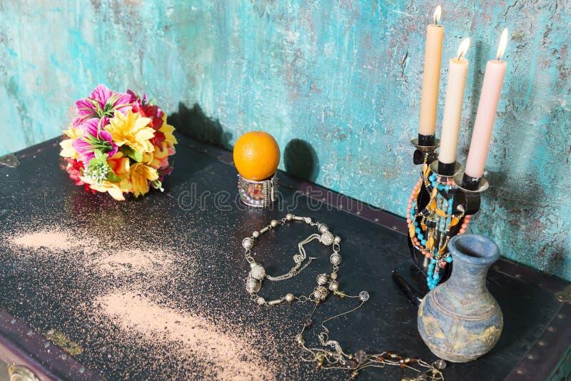 Chandelier et fleurs sur un coffre photo libre de droits