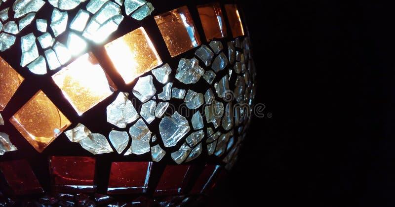 Chandelier fait de verre souillé avec une bougie brûlante à l'intérieur images libres de droits