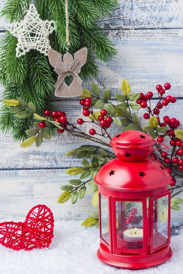 Chandelier rouge avec une bougie intérieure et une branche d'un arbre de Noël photos stock