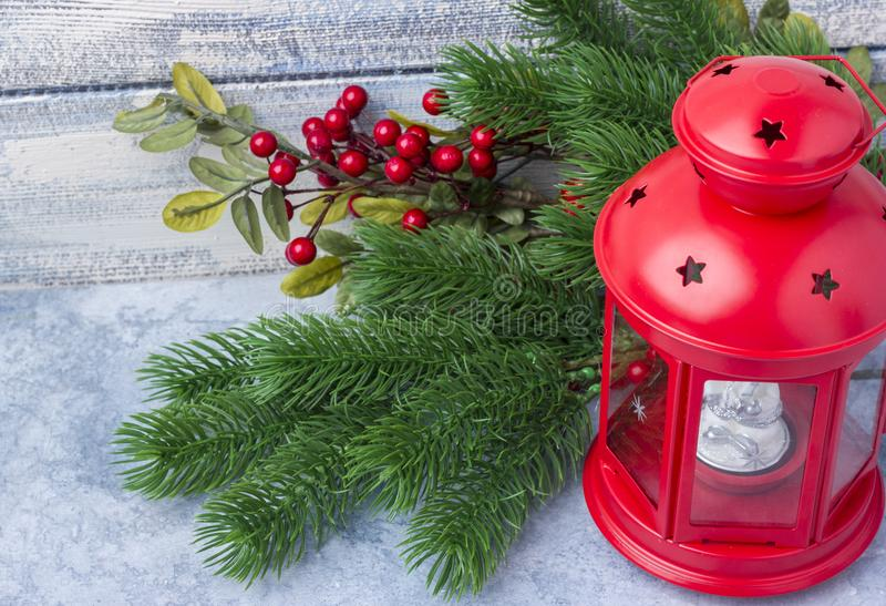 Chandelier rouge avec une bougie intérieure et une branche d'un arbre de Noël photographie stock