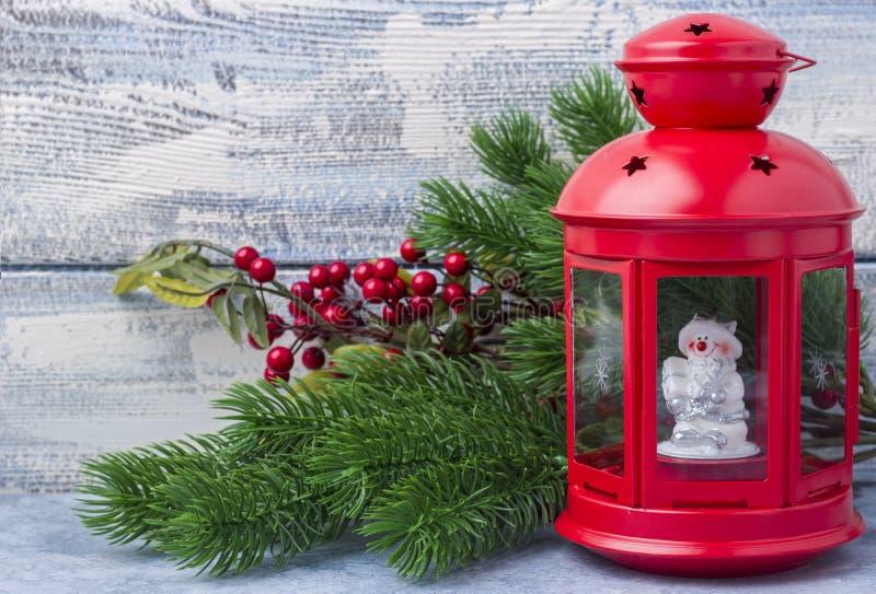 Chandelier rouge avec une bougie intérieure et une branche d'un arbre de Noël image libre de droits