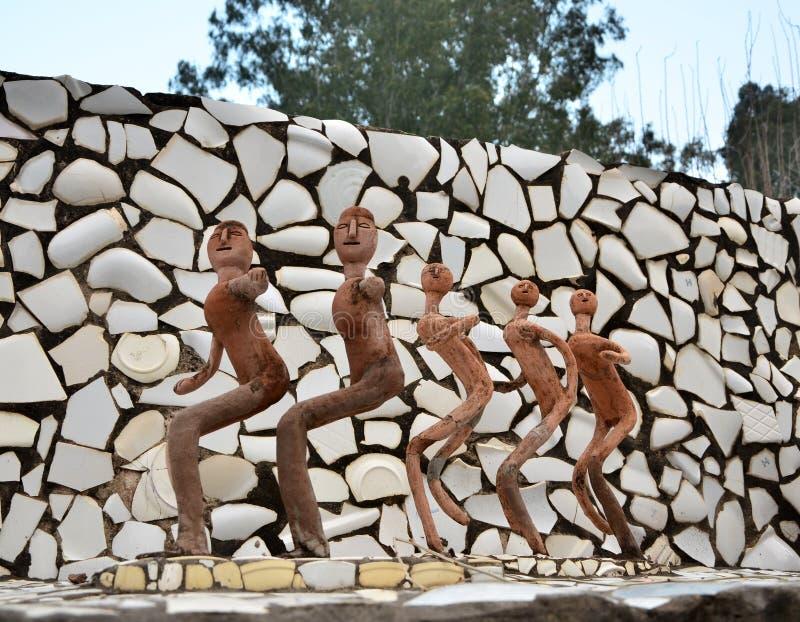 Chandigarh, Índia - 4 de janeiro de 2015: Balance estátuas no jardim de rocha em Chandigarh, Índia imagem de stock royalty free
