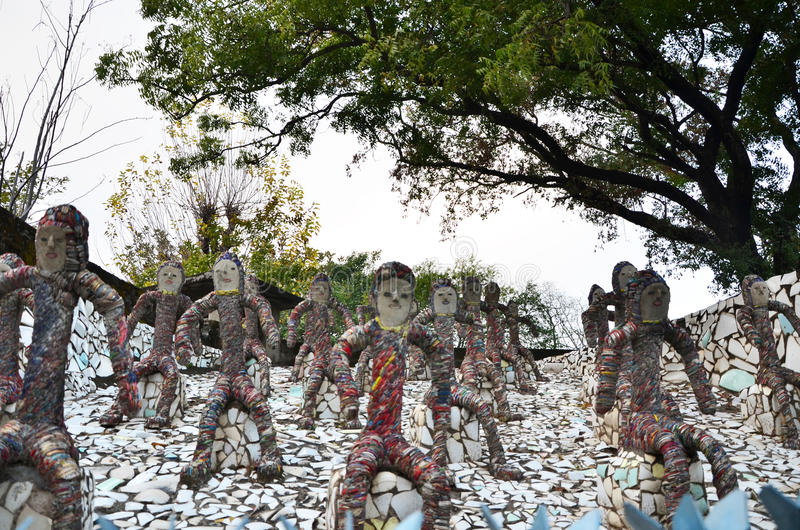Chandigarh, India - 4 gennaio 2015: Statue della roccia al giardino di rocce a Chandigarh immagini stock