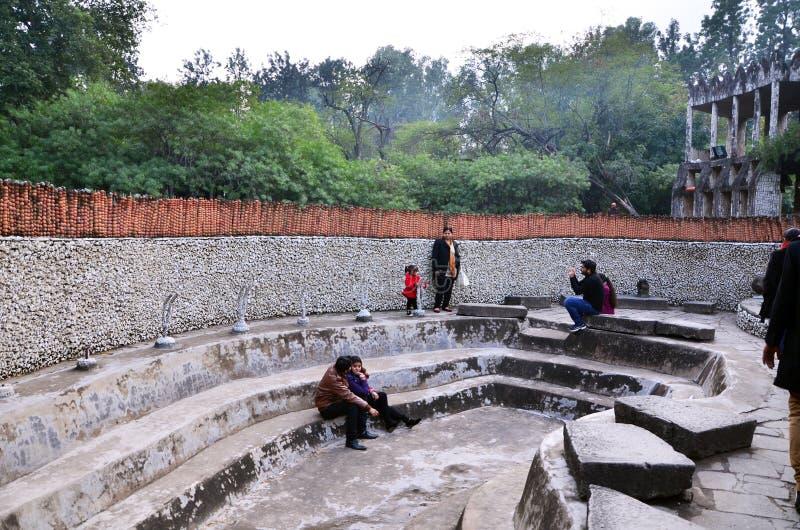 Chandigarh, India - 4 gennaio 2015: Statue della roccia di visita della gente al giardino di rocce fotografie stock libere da diritti