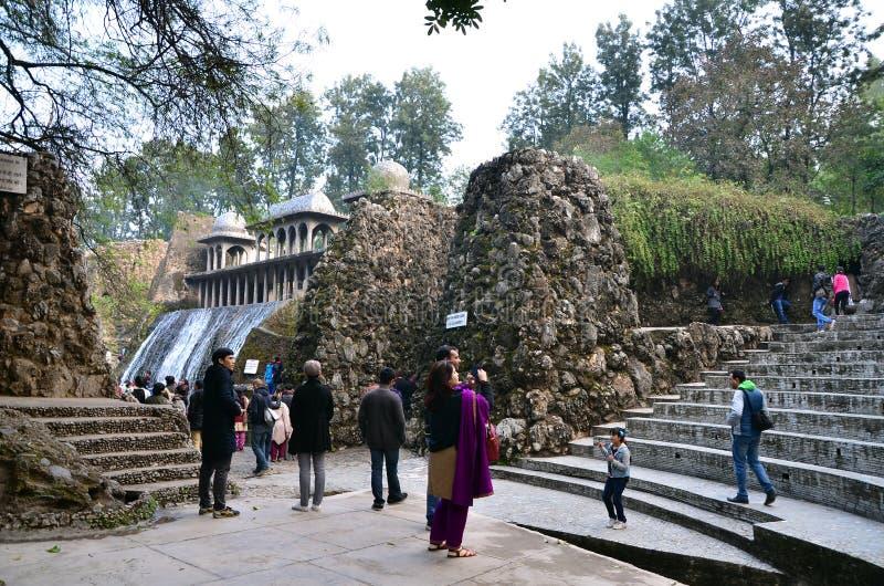 Chandigarh, India - 4 gennaio 2015: Statue della roccia di visita della gente al giardino di rocce a Chandigarh fotografia stock libera da diritti