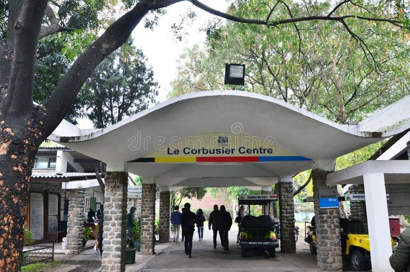 Chandigarh Indien - Januari 4, 2015: Turist- besökLe Corbusier mitt i Chandigarh arkivfoto