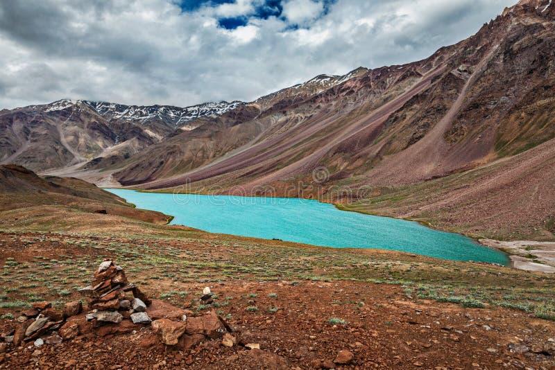 Chandra Tal jezioro w himalajach fotografia stock