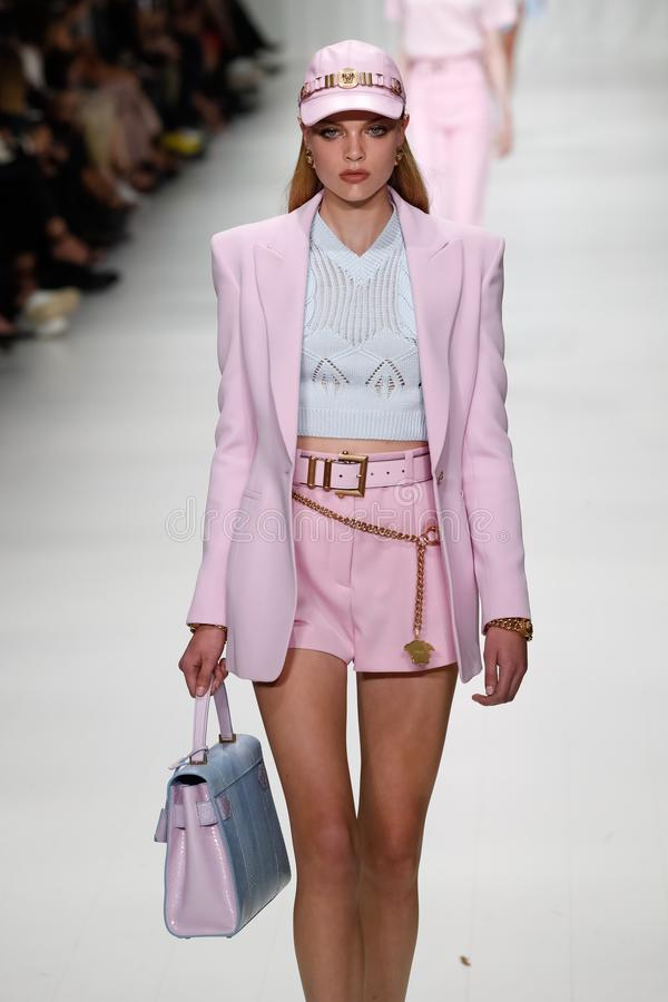 Chane Husselmann loopt de baan in Versace toont tijdens Milan Fashion Week Spring /Summer 2018 stock afbeelding