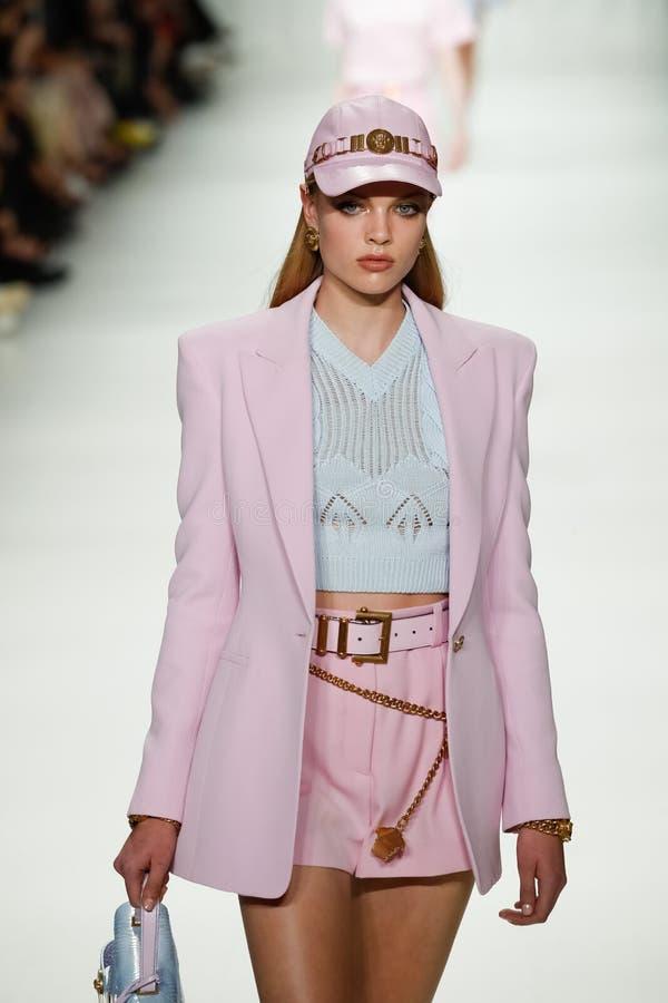 Chane Husselmann loopt de baan in Versace toont tijdens Milan Fashion Week Spring /Summer 2018 stock foto's