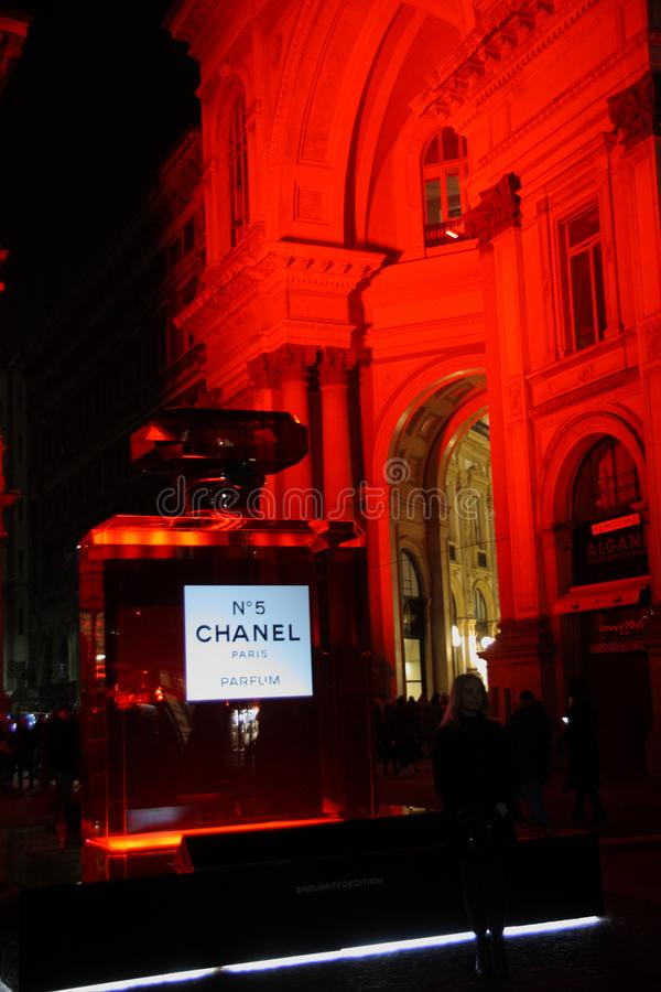 Chanel n ° 5 lights up the Piazza della Scala in Milan, infusing a warm and evocative Christmas atmosphere. Chanel n ° 5 lights up the Piazza della royalty free stock photos