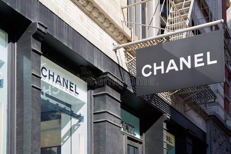 Chanel shoppar tecken- och fönstersikt, i Soho, New York arkivfoton