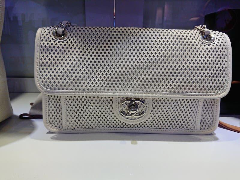 Chanel-zakken bij venstervertoning stock afbeeldingen