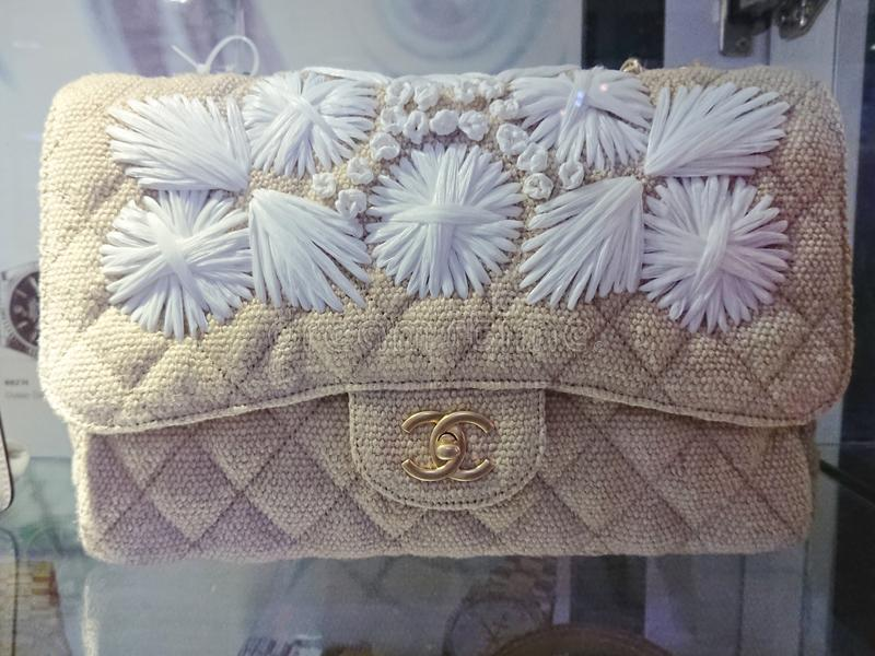 Chanel-zakken bij venstervertoning stock fotografie