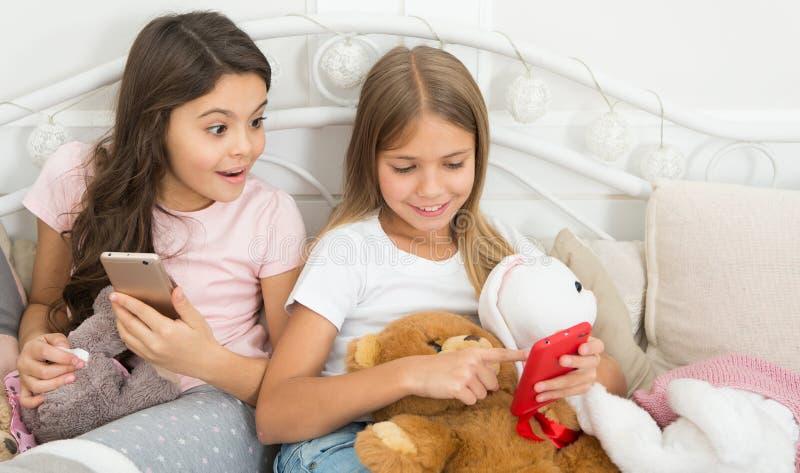 Chanfrado seja verdadeiro Crianças pequenas felizes com telefone celular Cumprimentos do Feliz Natal e do ano novo feliz Uso das  fotos de stock