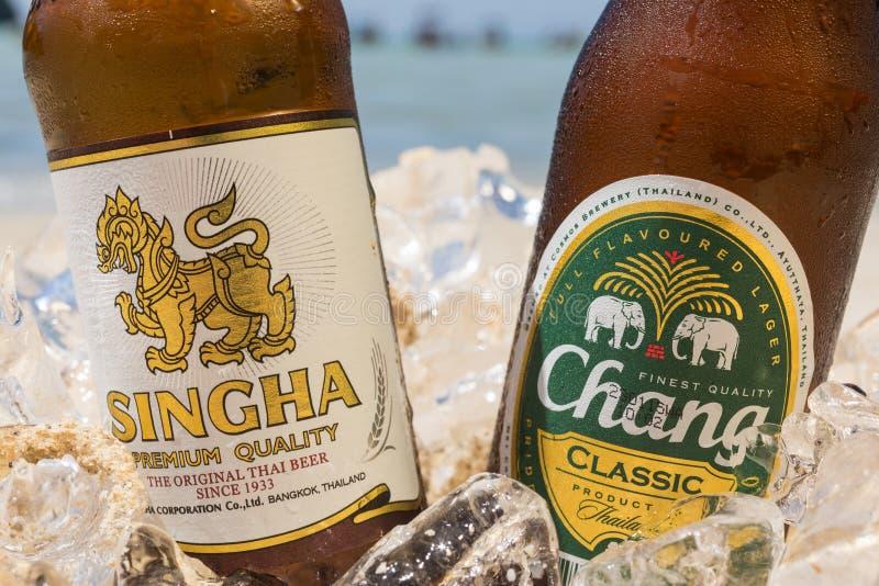 Chang och Singha öl på stranden fotografering för bildbyråer