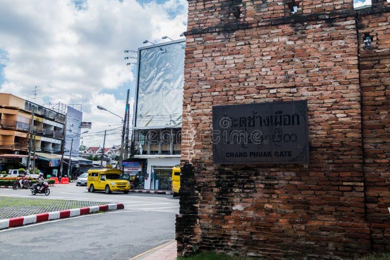 Chang Puak Gate é uma de quatro portas principais à cidade murada velha de Chiang Mai, Tailândia foto de stock royalty free