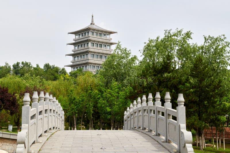 Chang towerby и мост в парке экспо Сиань стоковые изображения rf