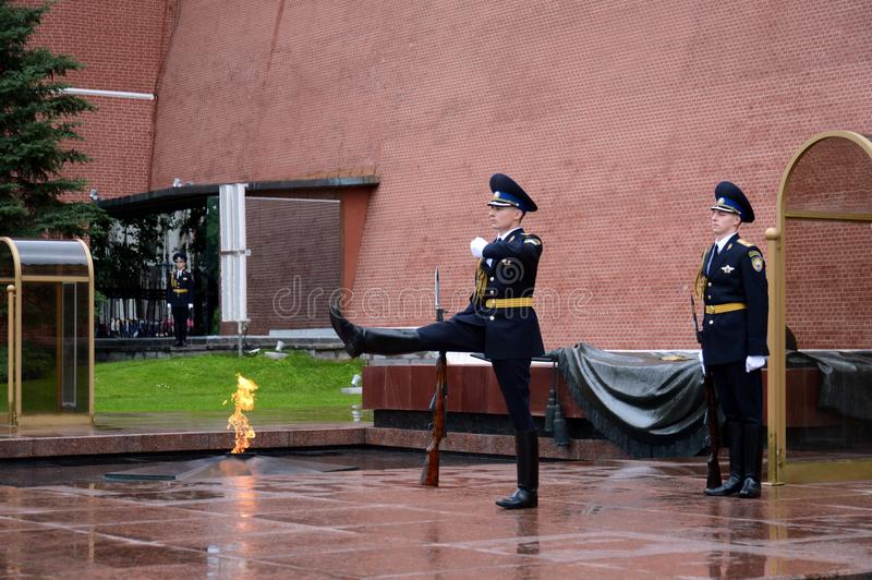 Change of guard of honor at the grave of an unknown soldier in the Alexander Garden. MOSCOW, RUSSIA - JUNE 25, 2017:Change of guard of honor at the grave of an stock photography