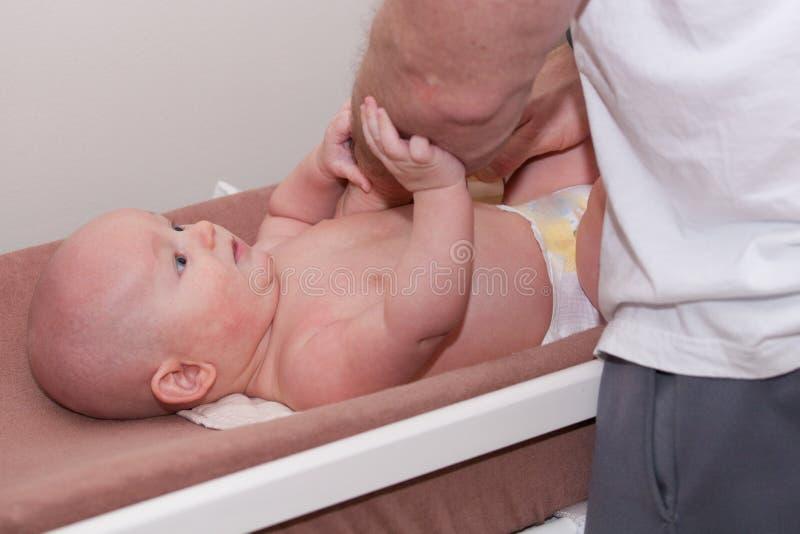 Changement de couche-culotte de bébé images stock