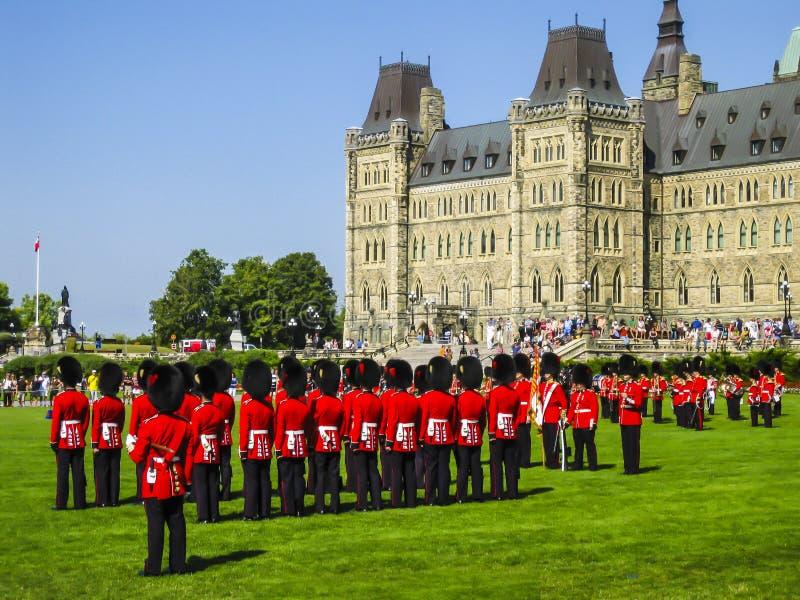 Changement de la garde dans les jardins de la colline du Parlement, Ottawa, Canada image stock