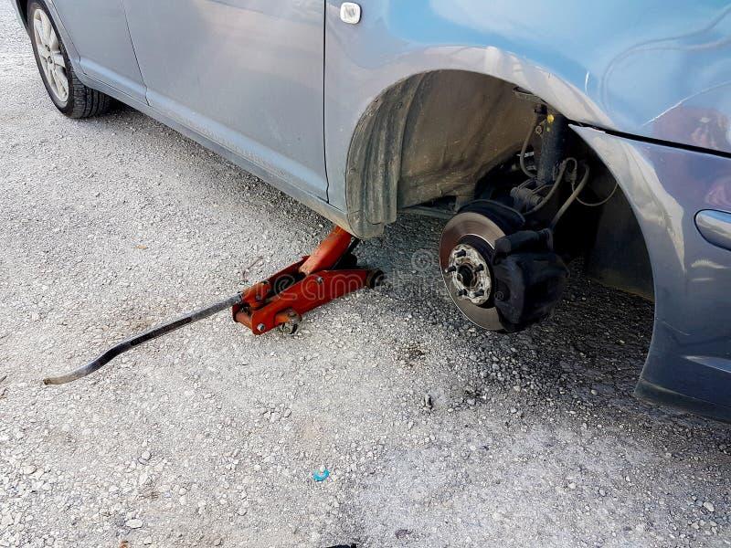 Changement de pneu crevé de voiture remplacer sur l'urgence de problème de route photographie stock libre de droits