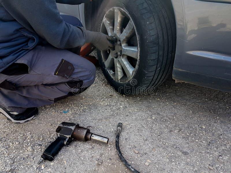 Changement de pneu crevé de voiture remplacer sur l'urgence de problème de route photos stock
