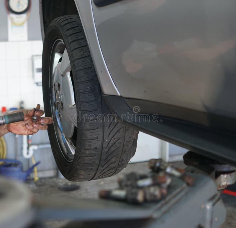 Changement du pneu photographie stock