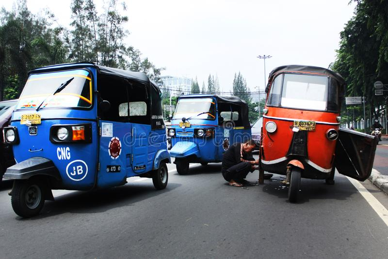 Changez l'orange de bajaj deviennent bleu de bajaj à Jakarta photo stock