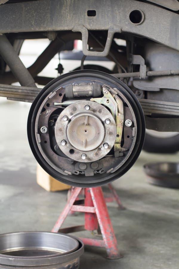 Changez le tambour de frein de la voiture de suv photo stock
