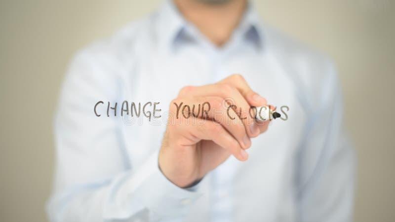 Changez vos horloges, écriture d'homme sur l'écran transparent photos libres de droits