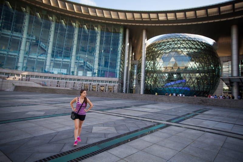CHANGHAÏ, CHINE, 2013 - hall d'exposition à la science de Changhaï et musée de tecnology, fille dans des vêtements sport marchant image stock