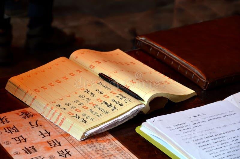 CHANGHAÏ, CHINE - 7 MAI 2017 : Carnet chinois avec le stylo dans le temple de l'enclave touristique Changhaï, Chine de Dieu de vi photo libre de droits