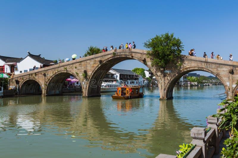 Changhaï, Chine - 23 mai 2018 : Croisière de bateau sur le canal dans la ville de l'eau de Zhujiajiao image libre de droits