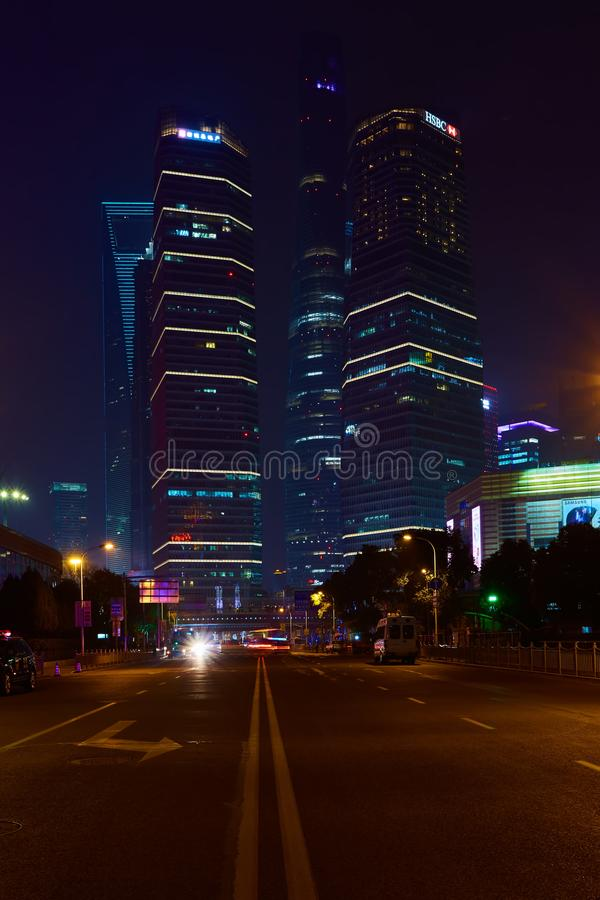 Changhaï, Chine - 12 mars 2016 : Finances de Changhaï Lujiazui et zone commerciale du fond moderne de nuit de ville photos libres de droits