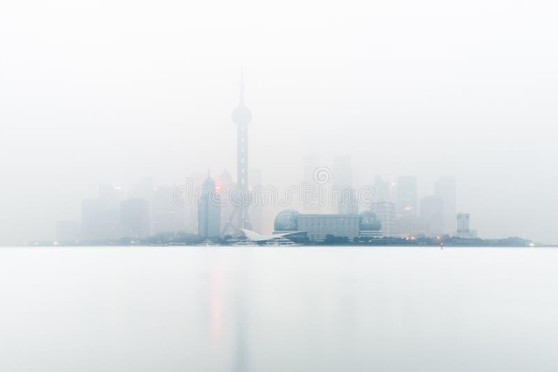 Changhaï dans le brouillard images libres de droits