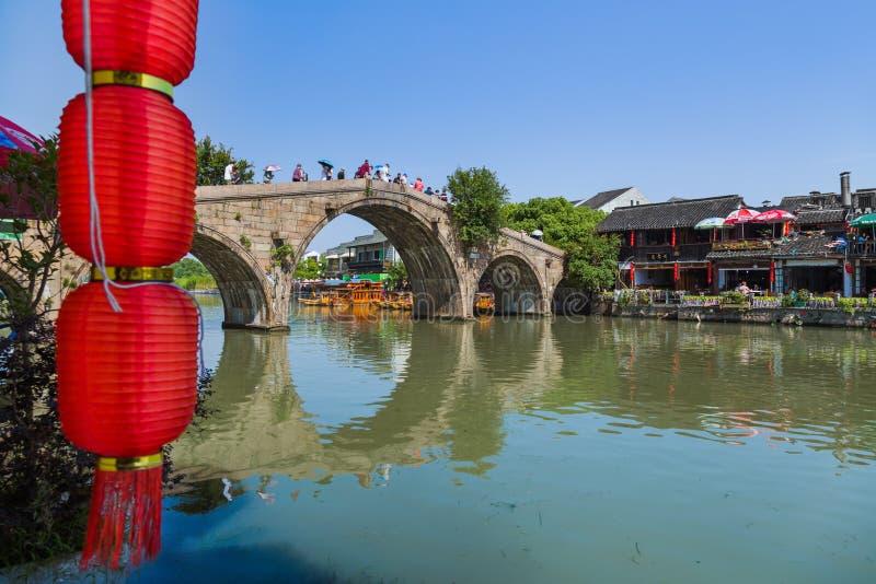 Changha?, Chine - 23 mai 2018 : Croisi?re de bateau sur le canal dans la ville de l'eau de Zhujiajiao photos stock