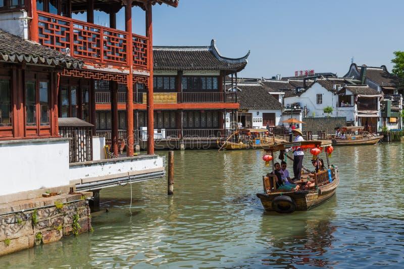 Changha?, Chine - 23 mai 2018 : Croisi?re de bateau sur le canal dans la ville de l'eau de Zhujiajiao image libre de droits