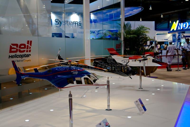 Changi, Singapore - febbraio 6,2010: Modelli degli aerei dell'esposizione dell'elicottero di Bell fotografia stock