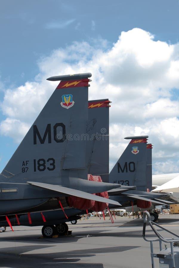 Changi, Singapura - fevereiro 6,2010: O tailfin de aviões de combate de Eagle da greve do U.S.A.F.F-15E imagem de stock
