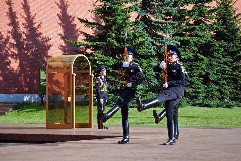 Changing of the guard at the Tomb of the Unknown Soldier in Aleksandrovsk to a garden. Moscow stock photography