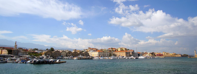 Chania, Crète, le 1er octobre 2018 vue panoramique du vieux port vénitien avec le centre de la ville historique comme fond photos libres de droits