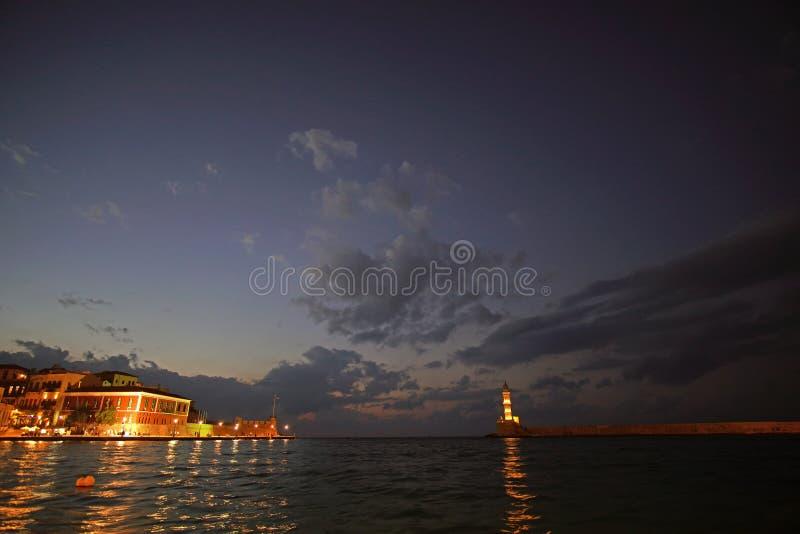 Chania, Creta, el 1 de octubre de 2018 vista nocturna panorámica del puerto veneciano con su faro antiguo fotografía de archivo libre de regalías