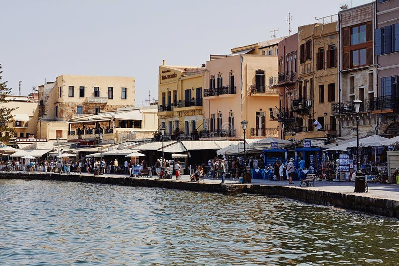 Chania, Creta, Grécia, o 10 de setembro de 2017: Vista da cidade velha e do porto venetian foto de stock