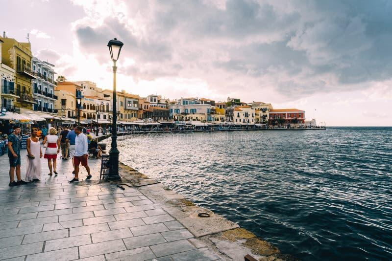 Chania, Creta, Grecia - agosto de 2018: Costa veneciana y faro del puerto del panorama en el puerto viejo de Chania en imagen de archivo libre de regalías