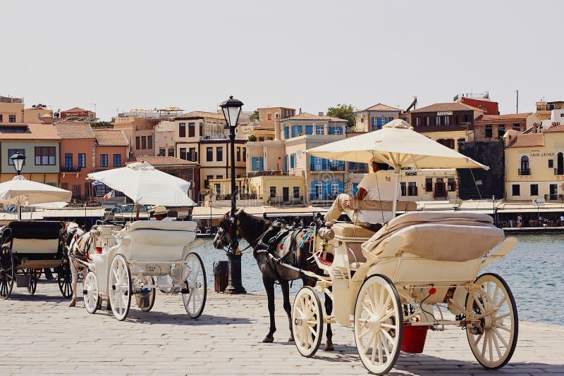Chania, Creta, Grecia, il 10 settembre 2017: Visualizzazione di vecchia città, della porta veneziana e del trasporto del cavallo immagini stock