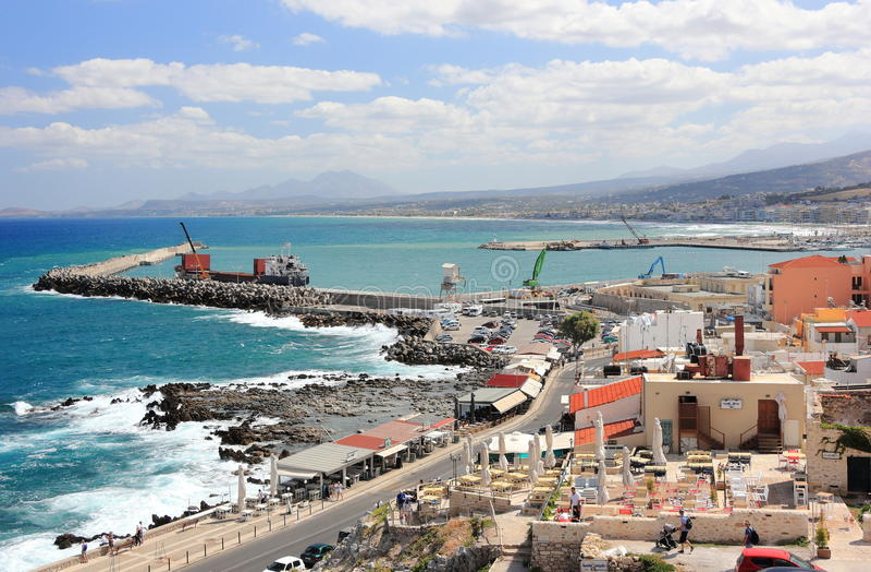 Chania, Crete Grecja, Wrzesień, - 21, 2016: Turyści odwiedzają rejsu port Chania na słonecznym dniu fotografia royalty free