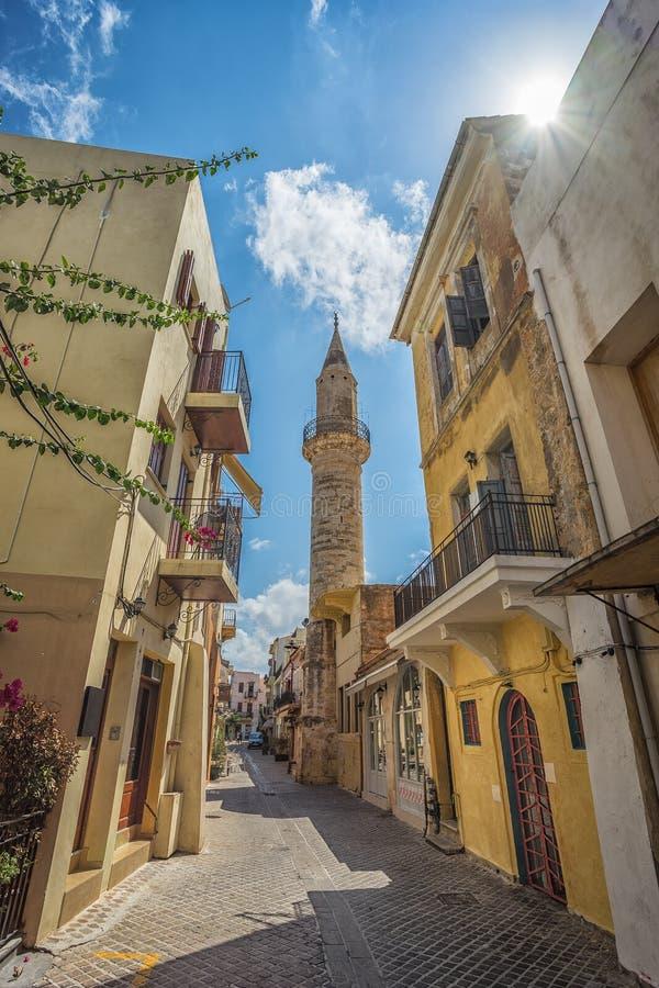 CHANIA, GRECIA - 2017 augusto: Via variopinta di Chania durante il mezzogiorno con i negozi di regalo locali ed i ristoranti lung immagine stock libera da diritti
