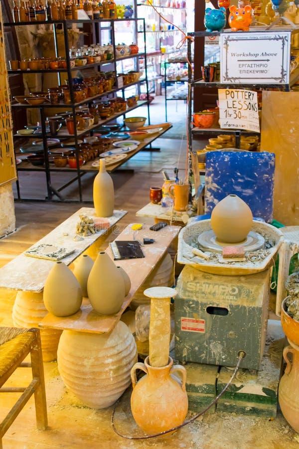 CHANIA, ISLA DE CRETA, GRECIA - 24 DE JUNIO DE 2017: Producción manual de productos de cerámica según viejas recetas fotos de archivo
