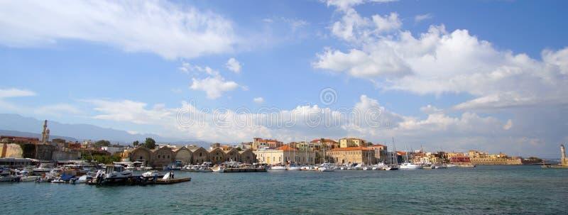 Chania, Kreta, am 1. Oktober 2018 Panoramablick des alten venetianischen Hafens mit dem historischen Stadtzentrum als Hintergrund lizenzfreie stockfotos