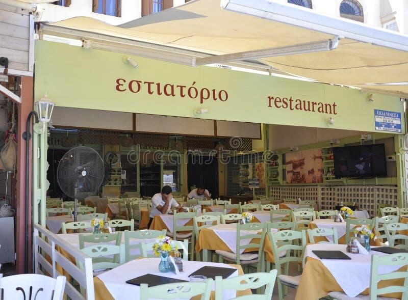 Chania, le 1er septembre : Restaurant de terrasse du centre ville de Chania en île de Crète de la Grèce photographie stock